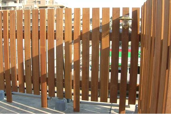縦板張りウッドフェンス