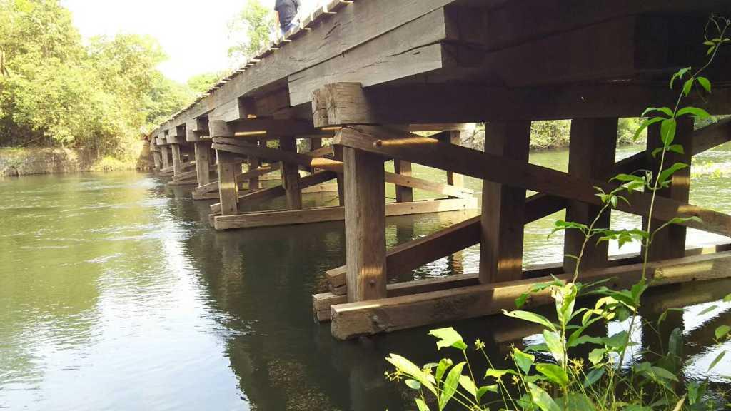 この橋はすべてイタウバ材で作られています。  川の水に浸かっている部分も腐らず  なんと30年以上ずっと使われています。