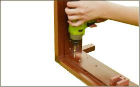 枠の内側を付属のネジで固定します。 (4箇所×4本)