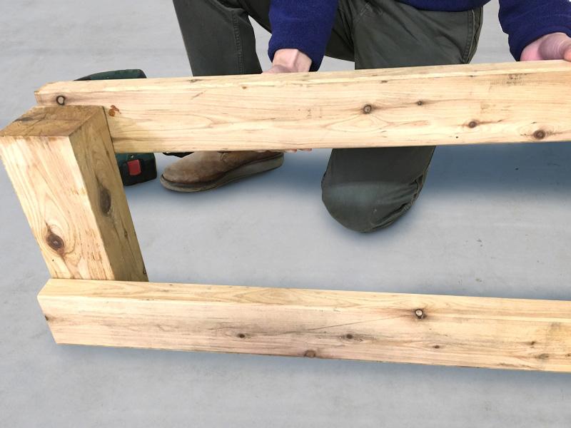 [1-2] デッキの高さに合わせて根太を柱に取り付けます。柱より10mmほど高く取り付けます。