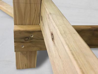 2-1 柱の根太の下に根がらみ材を打ち込みます。