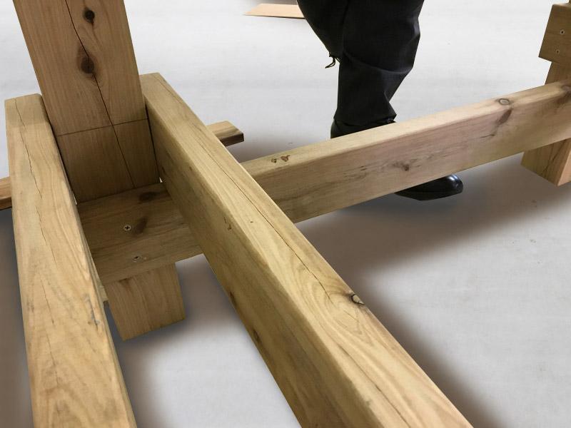 2-2 サンドした根太の下に根がらみ材を打ち込みます。