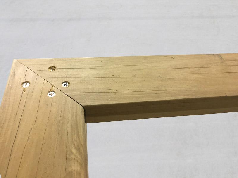 3-1 45度にカットした材(20×105)を 90角の柱の上に載せ、ビスを打込みます。