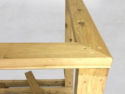 3-2 柱の反対側の上部にも、ビスを打ち込みます。