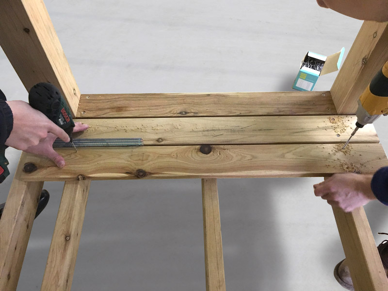 4-1  根太と垂直方向に、床板を張ってゆきます。床板間の隙間は 5〜10mm 程度です。